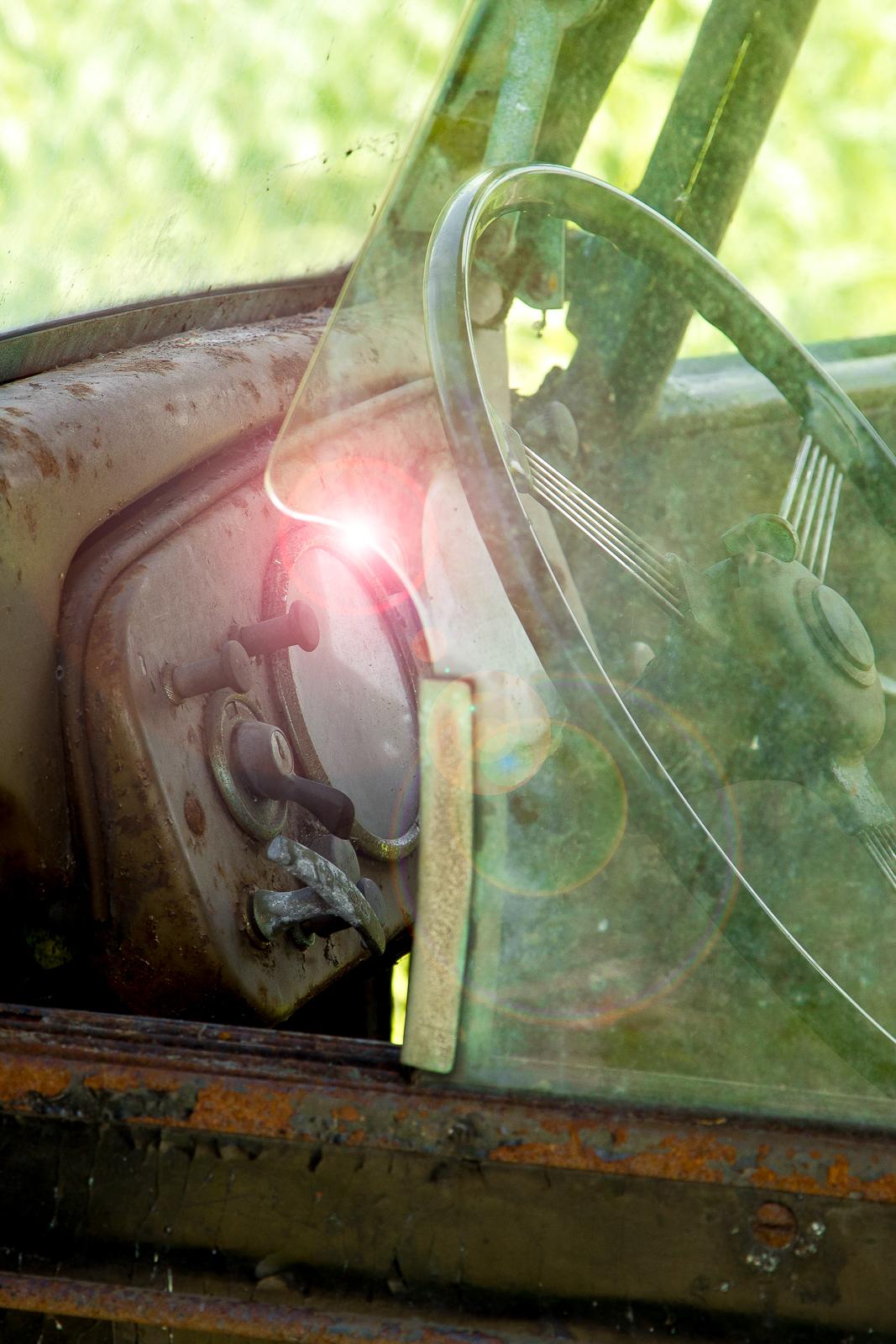 Het dashboard van een verroeste auto.