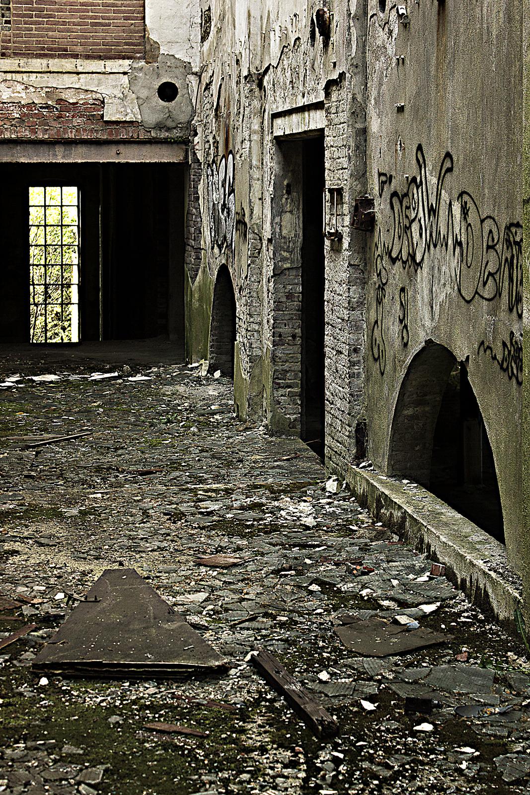 De bunkers van een verlaten aardappelzetmeelfabriek