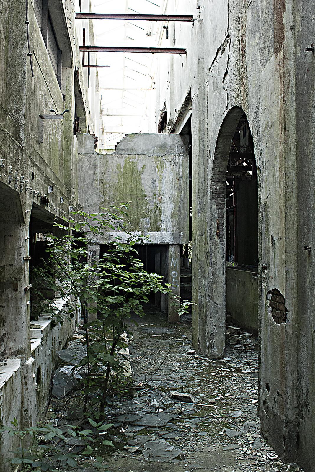 Gebroken glas in een verlaten fabriek.