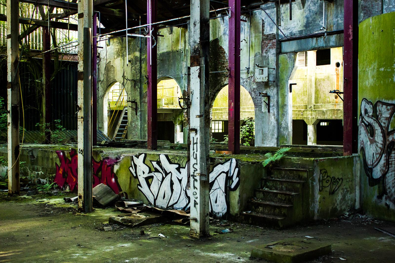 Een toneel van graffiti en beton.